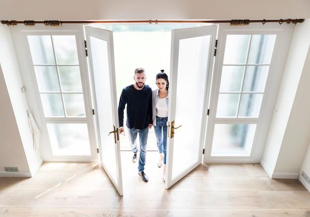 Couple déménage dans une nouvelle maison Photo Premium