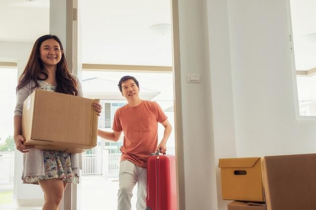 Couple, déménagement, nouveau, maison Photo Premium
