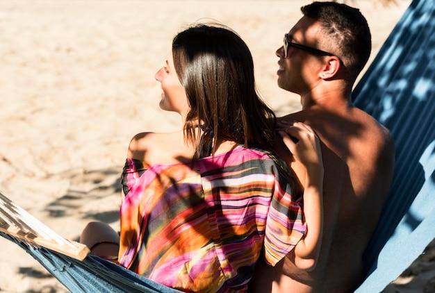 Couple De Détente Dans Un Hamac à La Plage Photo Premium