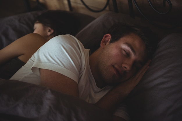 Couple, Dormir, Lit, Dans, Les, Chambre Photo gratuit