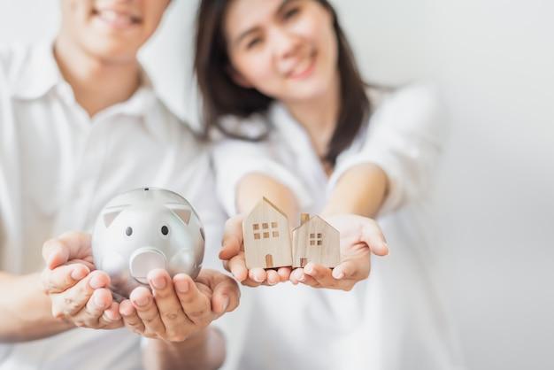 Couple économisant de l'argent pour l'achat d'un nouveau concept de maison Photo Premium
