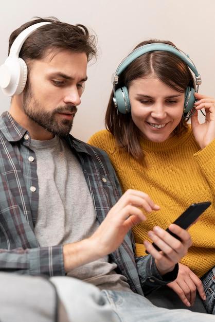 Couple écoute De La Musique Photo gratuit