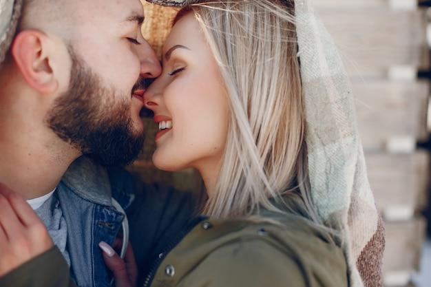 Couple élégant dans un parc d'hiver Photo gratuit