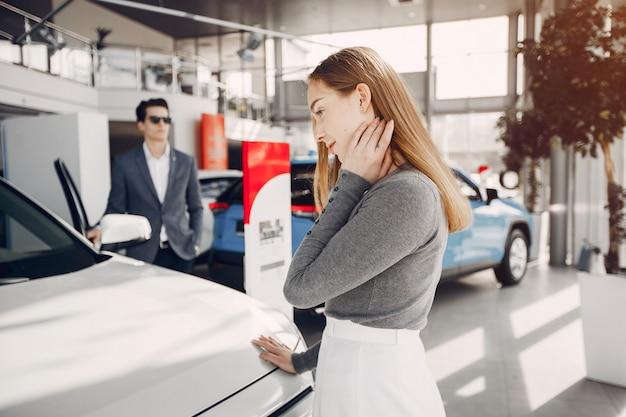 Couple élégant dans un salon de voiture Photo gratuit