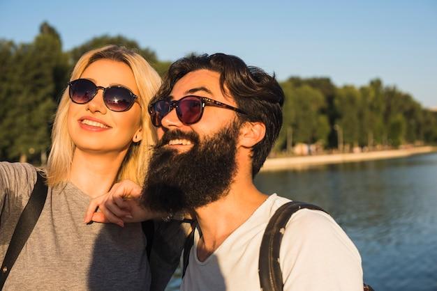 Couple élégant en vacances Photo gratuit