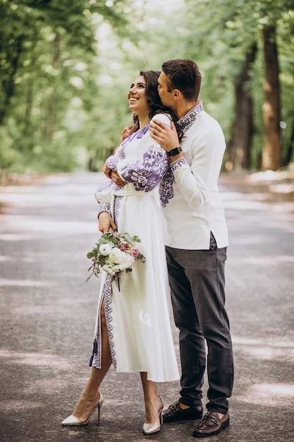 Couple embrassant dans la forêt Photo gratuit