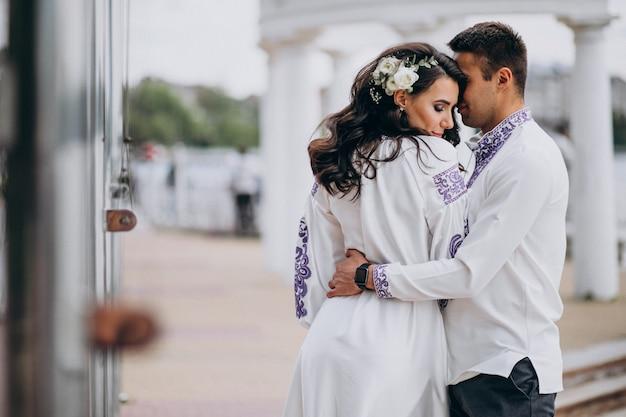 Couple embrassant Photo gratuit
