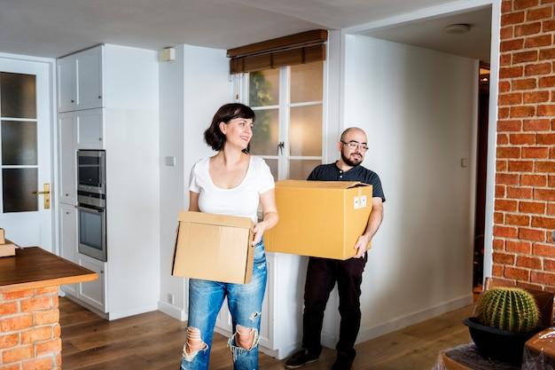 Couple emménageant dans une nouvelle maison Photo gratuit