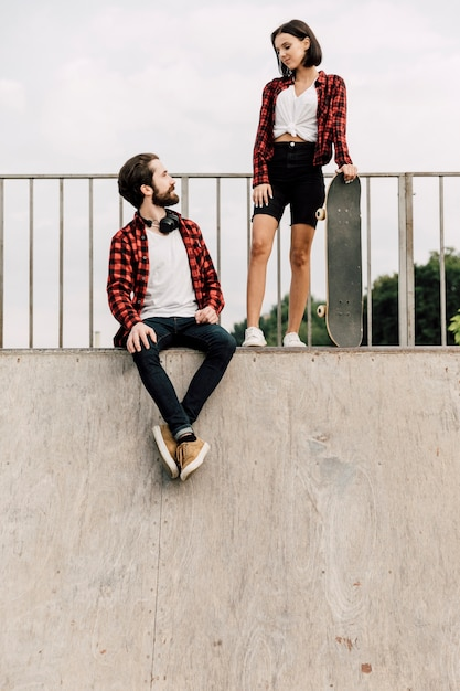 Couple ensemble au skate park Photo gratuit