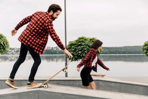 Couple ensemble au skate park Photo gratuit