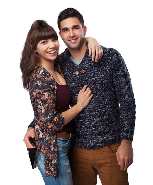 Couple étreintes et souriant Photo gratuit