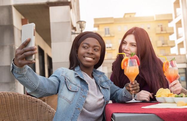 Couple D'étudiants Faisant Un Selfie Photo Premium