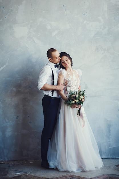 Couple européen élégant embrassant Photo Premium