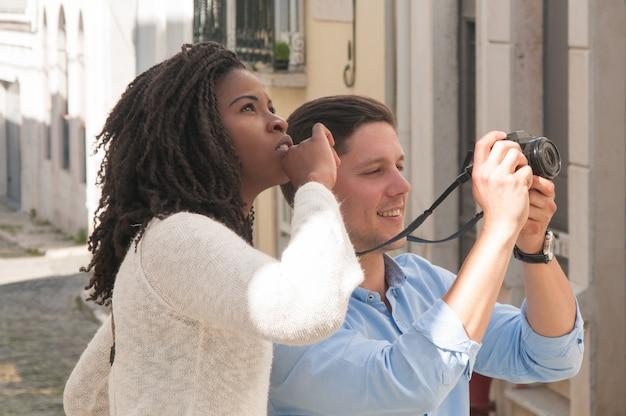 Couple excité a couru des touristes en prenant des photos Photo gratuit