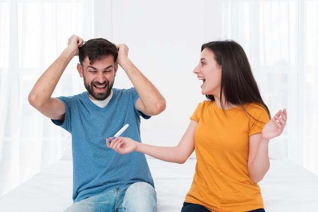 Couple Excité Tenant Un Test De Grossesse Photo gratuit
