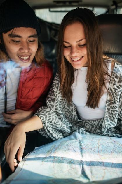 Couple explorant le concept de vacances voyage Photo Premium