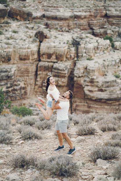 Couple explorant le grand canyon en arizona Photo gratuit
