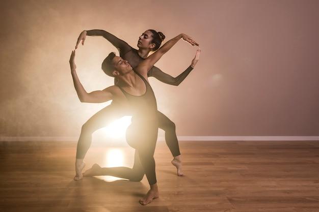 Couple de face se complétant Photo gratuit