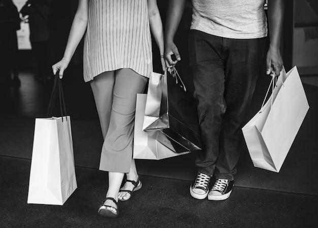 Couple faisant du shopping ensemble dans un centre commercial Photo gratuit