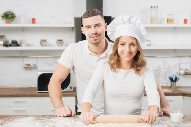 Couple faisant la pâte à pizza Photo gratuit