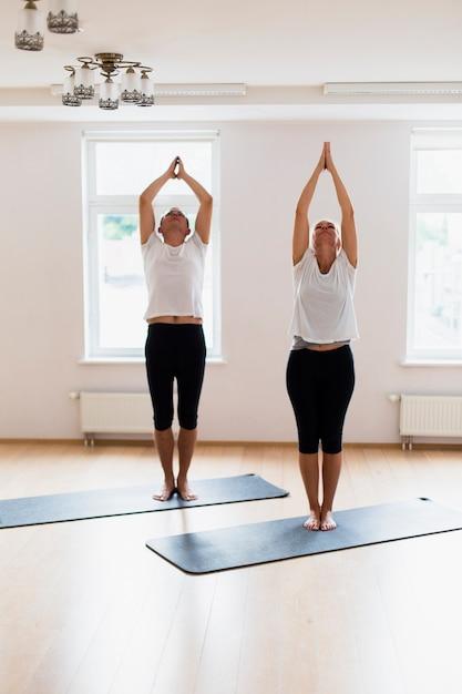 Couple Faisant Une Pose De Yoga Ensemble Photo gratuit