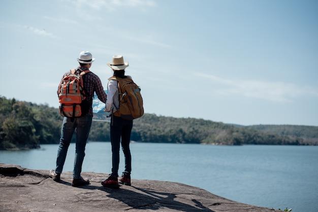 Couple famille voyageant ensemble Photo gratuit
