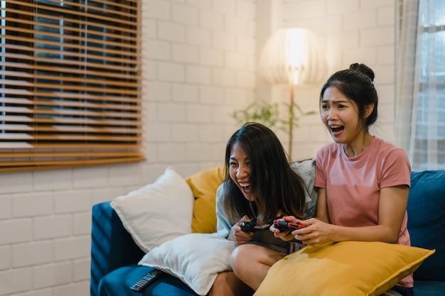 Couple de femmes lesbiennes lgbt jouer à des jeux à la maison Photo gratuit