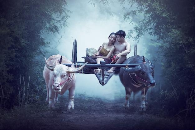 Couple de fermiers thaïlandais bonheur en famille sous le joug de couples de paysans Photo Premium