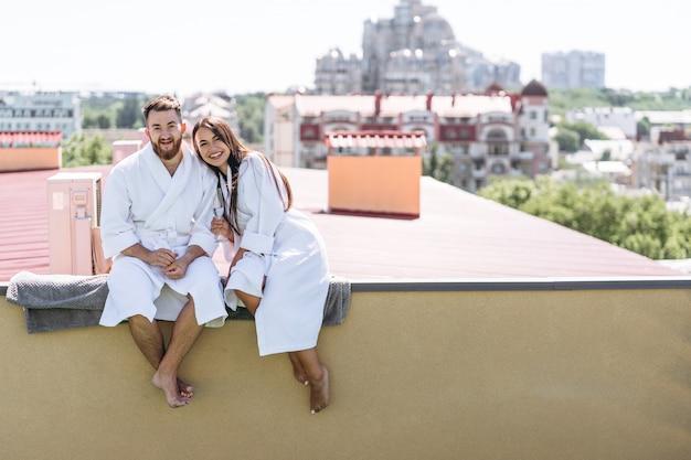 Couple Flirter Avec Du Vin Mousseux Sur Un Toit Photo gratuit