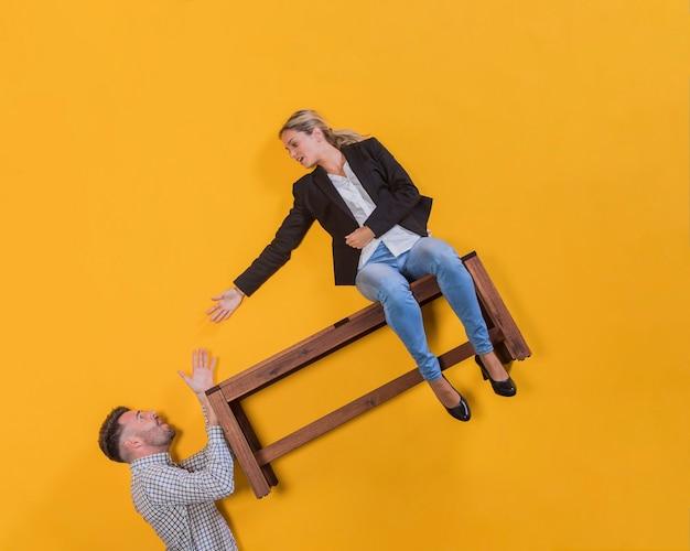 Couple flottant sur un banc Photo gratuit
