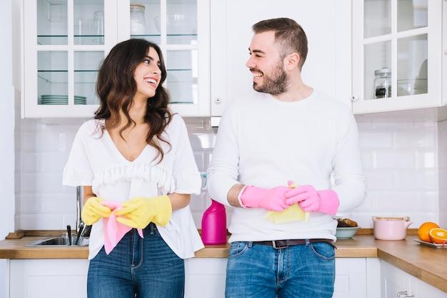 Couple gai dans les gants avec pulvérisateur Photo gratuit
