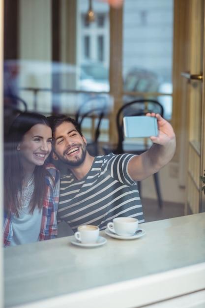 Couple Gai Prenant Selfie Au Café Photo Premium