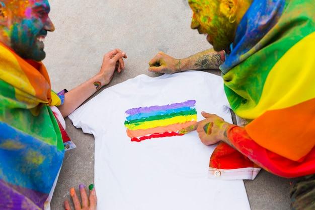 Couple gay dessin drapeau arc-en-ciel sur t-shirt Photo gratuit