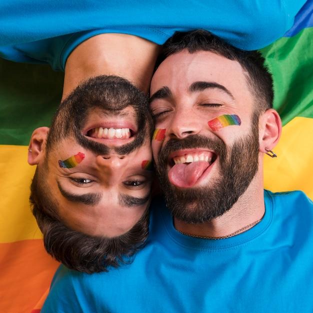 Couple Gay Ludique Souriant Photo gratuit