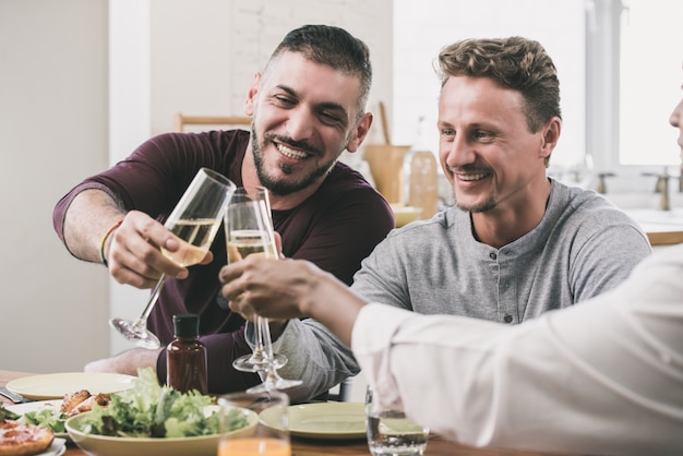 Couple gay en train de dîner avec un ami à la maison Photo Premium