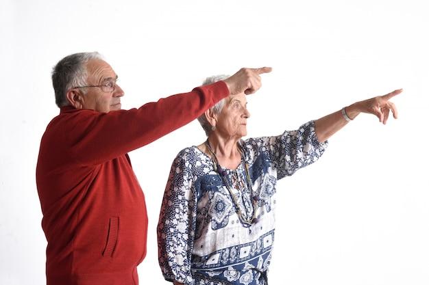 Un couple de grands-parents pointant le doigt Photo Premium