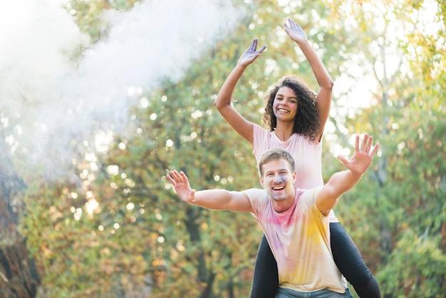 Couple heureusement posant au festival Photo gratuit