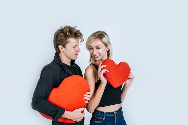 Couple heureux aimer ensemble tenant un coeur rouge Photo gratuit
