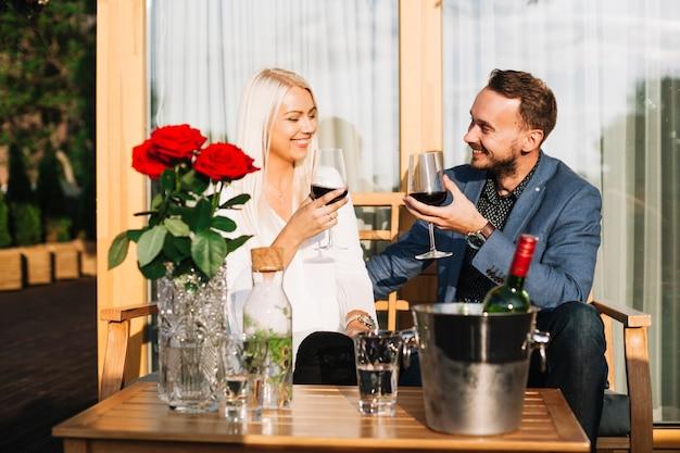 Couple heureux en appréciant les boissons au restaurant Photo gratuit