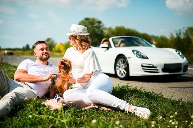 Couple heureux avec un beau chien Photo gratuit