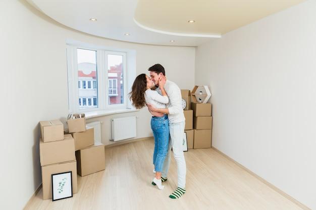 Couple heureux avec des boîtes en carton dans la nouvelle maison Photo gratuit