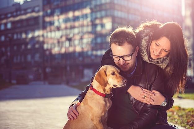 Couple heureux avec un chien Photo Premium