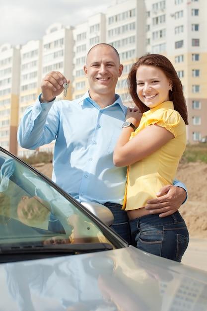 Couple Heureux Contre L'immobilier Photo gratuit