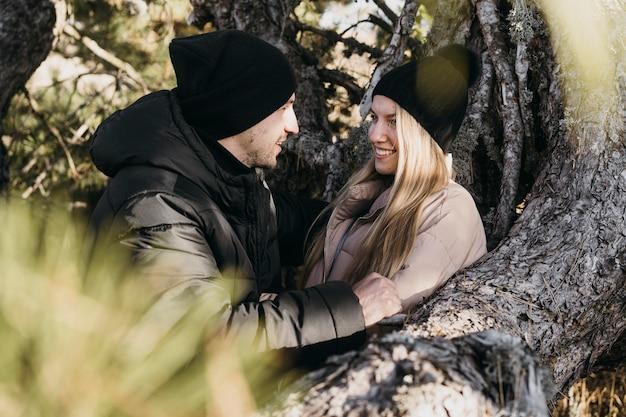 Couple Heureux Coup Moyen Dans La Nature Photo gratuit