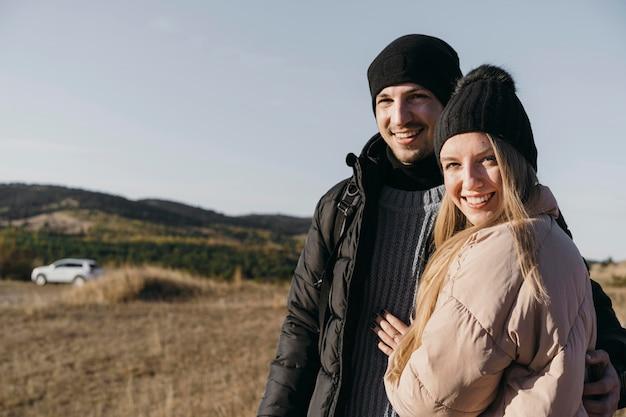 Couple Heureux Coup Moyen Posant Photo gratuit