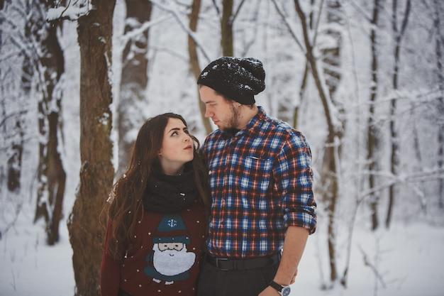 Couple Heureux Dans La Forêt D'hiver Photo Premium