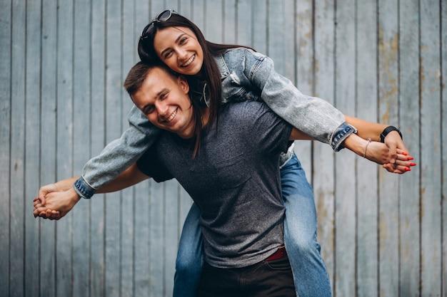 Couple heureux ensemble dans le parc Photo gratuit