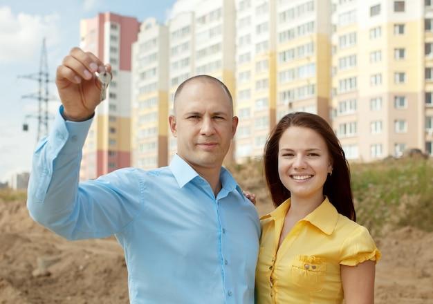 Couple Heureux En Face De La Nouvelle Maison Photo gratuit