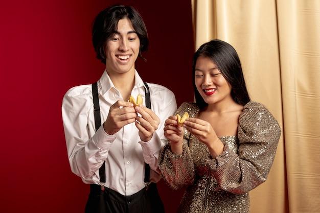 Couple Heureux, Lecture, Message, Biscuit Fortune, Pour, Nouvel An Chinois Photo gratuit