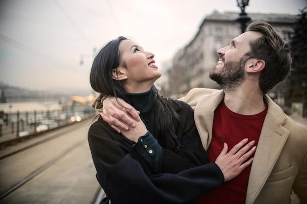 Couple heureux en levant Photo Premium